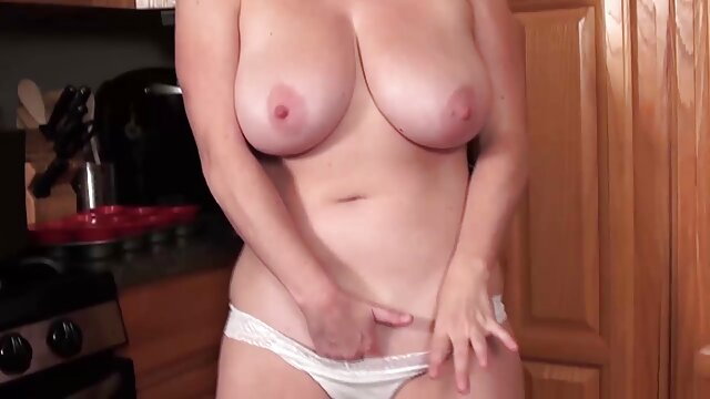 La vagina de una mujer madura se gordas maduras peludas corre violentamente de una apasionada masturbación con los dedos